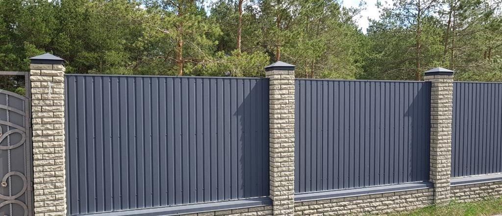ZABOR IZ PROFNASTILA I KIRPICHA 1024x442 - Комбіновані паркани з цегли та профнастилу
