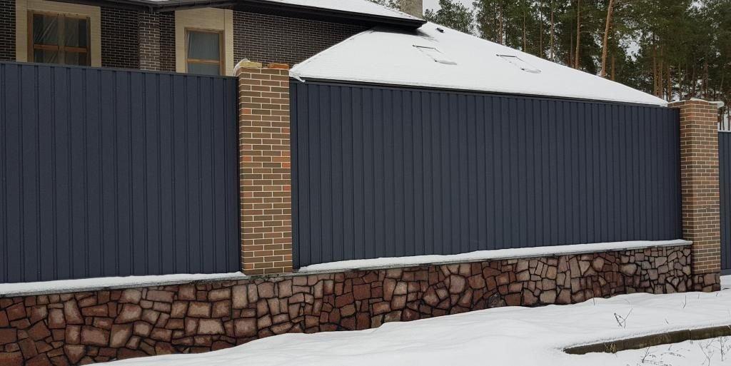 kirpich proflist  1024x513 - Комбіновані паркани з цегли та профнастилу