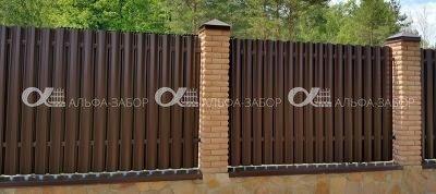 13 - Забор из кирпича и металлического штакетника