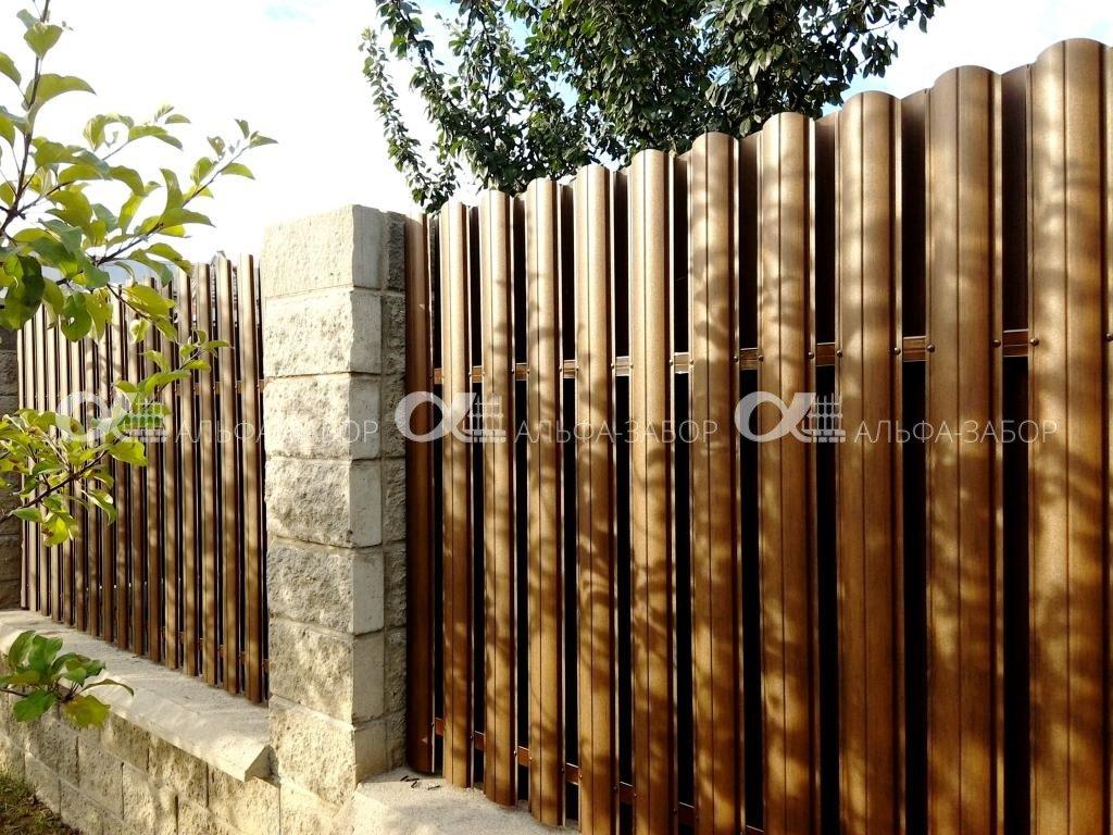 37 1 - Забор из колотых блоков и металлического штакетника