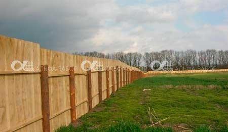 временный забор из дерева для стройки